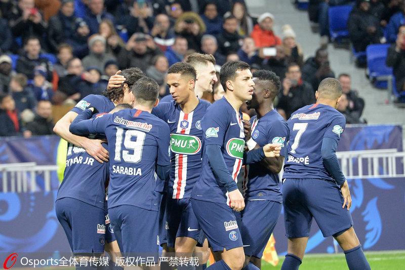 巴黎队员庆祝进球