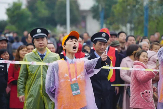 中国马拉松摄影大赛人文公益优秀作品赏析:志愿者书写暖心故事