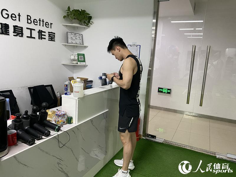 进入健身房前需要健康宝扫码登记(马翼 摄)