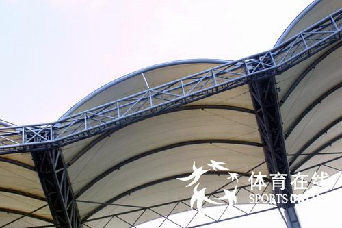 人民网体育在线秦皇岛7月1日电 记者刘莉摄影报道: 今天好运北京2007国际女子足球邀请赛在秦皇岛奥体中心开球,作为2008年奥运会最先竣工的该体育场迎来了2007年的首次测试赛,各项设施受到了全面考验。   秦皇岛市奥体中心位于秦皇岛市区西南的海港区,是一座功能体育场。总体布置采用内外椭圆的平面布局,在形式上与椭圆形的体育馆和游泳馆达到统一。为避免与西面体育馆最高点冲突,体育场的东西向中轴线与体育馆的中轴线错位,南北向中轴线设置为正南北向,以满足运动场长轴方向比赛要求。   体育场观众席内圈椭圆与