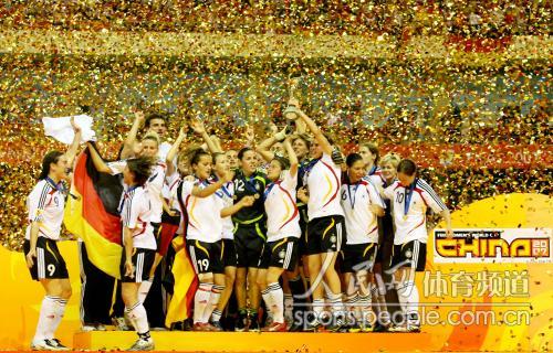 [组图三]世界杯德国成功卫冕 领奖台上恣意欢庆