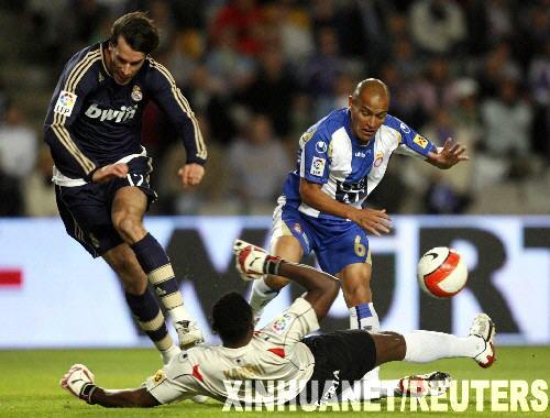 皇家马德里队球员范尼斯特鲁伊(左)攻门