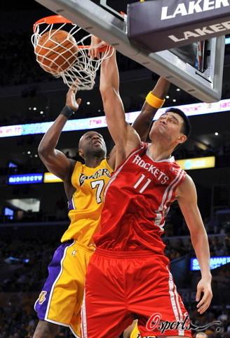 [图]NBA西部半决赛火箭-湖人 姚明暴扣奥多姆