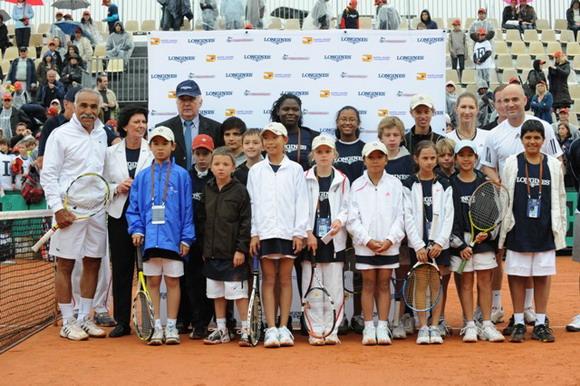 阿加西及格拉芙同少年网球新星在一起