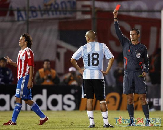 阿根廷中场贝隆被罚下 本场比赛,阿根廷队0比1告负,吃到了...