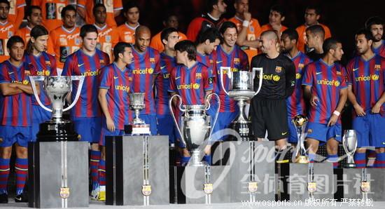 友谊赛巴塞罗那1:1卡斯马 赛前巴萨展示6冠王