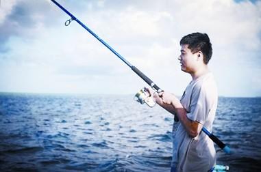 丁俊晖赴马尔代夫度假 海边钓鱼骑单车轻松悠闲