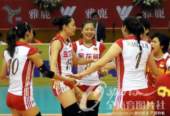 任中国女排主教练后首个冠军,三局比分为25-23,25-21, 中国队高清图片