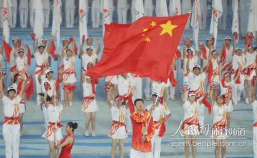 广州亚运会闭幕式精彩文艺表演 中国旗手王治郅 (2)