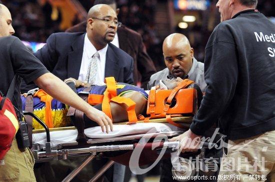 保罗/在今天黄蜂客场挑战骑士的比赛中,克里斯/保罗头部受重伤,被...