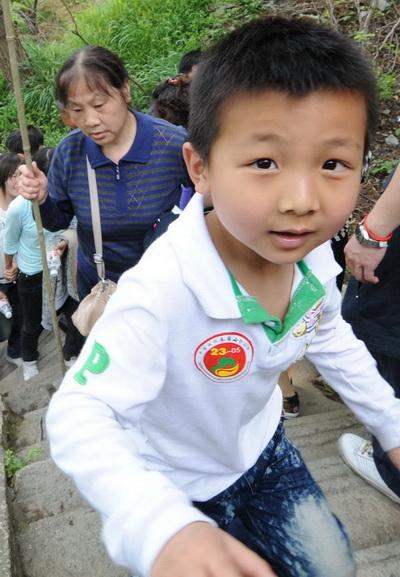 可爱的小男孩享受登山的乐趣
